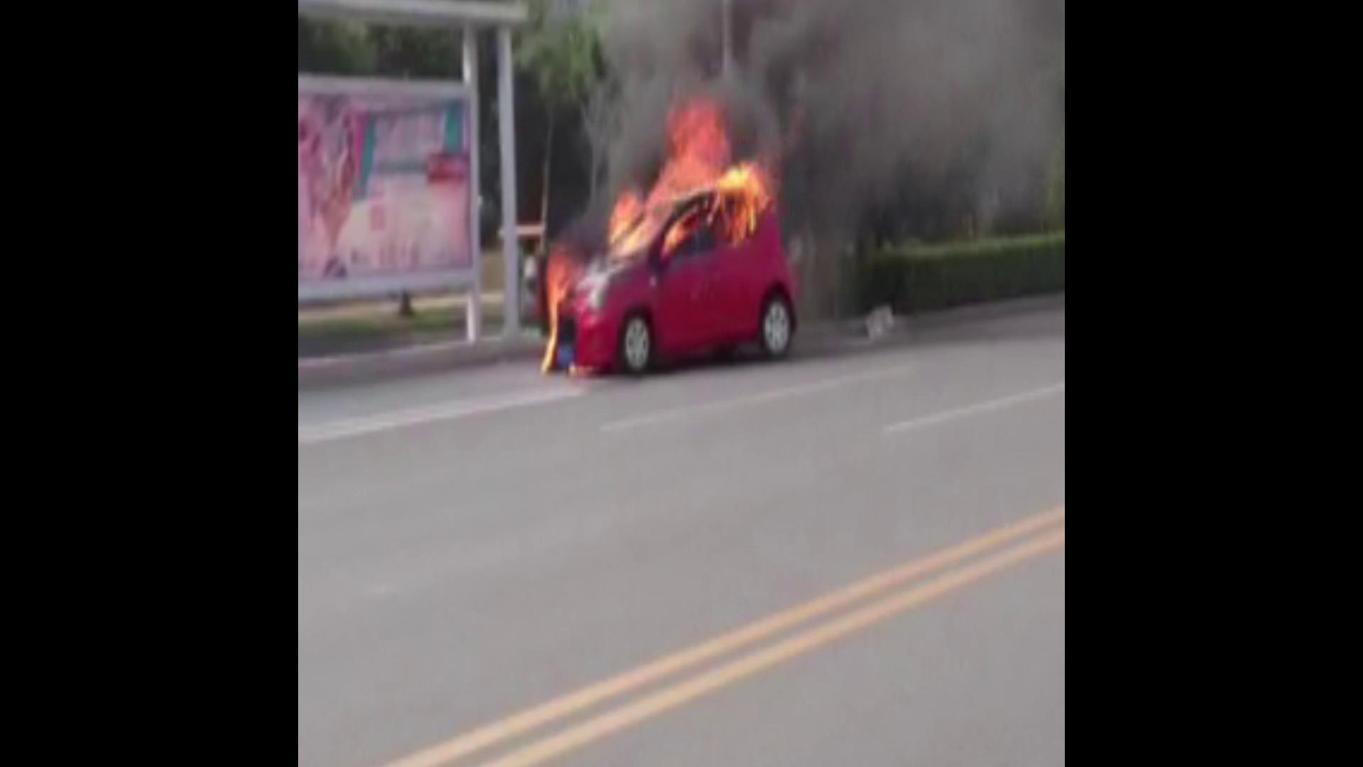 车辆行驶中起火抛锚,驾驶员将车推到路边